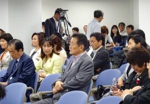 党本部で両院議員懇談会が開かれました。