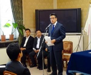 代議士会にて岡田代表から挨拶。