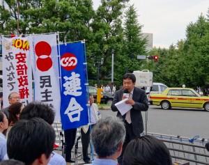 連合主催、安保法案廃案緊急国会前集会が開かれました。挨拶をする枝野幹事長。