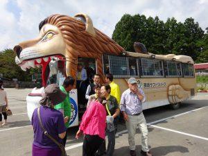 サファリパークで動物キャラクターのバスに乗り換え