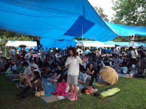 雨の中、大勢のお客さんが集まりました。
