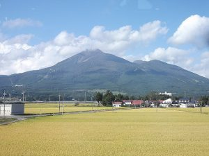 車窓から磐梯山がすぐ間近で見えます