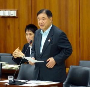 答弁する遠藤大臣。