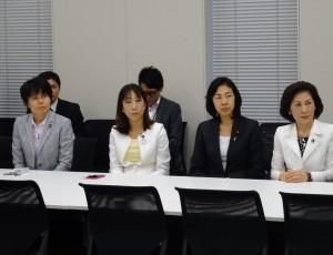 野党の女性議員が集まり、鴻池委員長に拙速な採決ではなく、十分な審議を求める要請文を提出することを決めました。