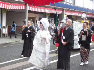 新津教会さんは、狐の嫁入りで行進。