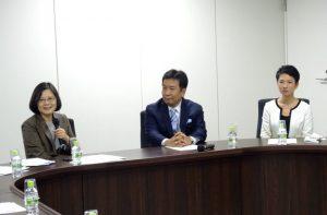 蔡主席の表敬を受ける枝野幹事長、蓮舫代表代行。