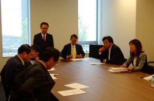 本日、役員会と第1回目の総会が開催されました。 役員会で挨拶をする古川元久会長。