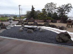 「外国からのお客様が喜ぶので」と工場の前に和風庭園を作られました。