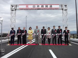 臼井橋開通式のテープカット