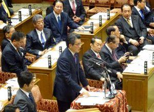 予算委員会閉会中審査。質問に立つ岡田代表。