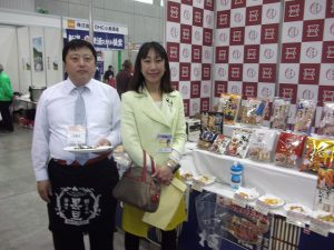 ご存知「岩塚製菓」のブース。100%国産米使用のせんべいをアピール