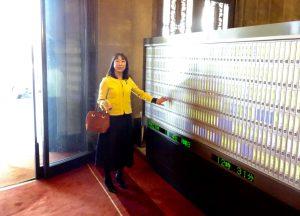 国会開会日は、衆議院正面玄関で登院ボタンを押します。