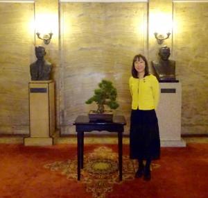憲政の功労者尾崎行雄氏と三木武雄氏の胸像の前で。