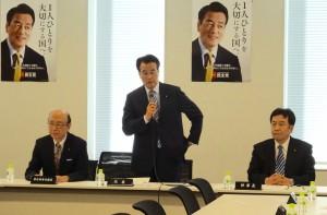 常任幹事会での岡田代表挨拶。