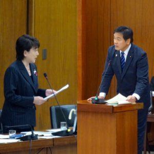 同僚の郡和子議員の質問と答弁に立つ馳浩文科大臣。