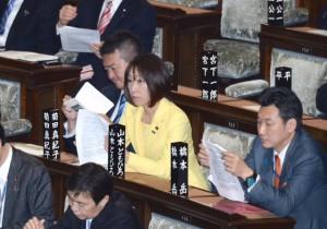 本会議。日米地位協定について趣旨説明と質疑。