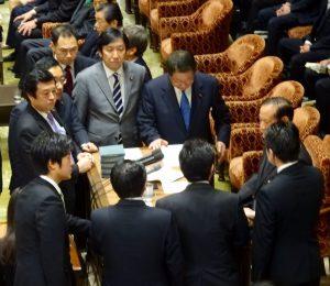 委員長席に与野党の理事が集まり、本日の委員会は開かないことを決める。