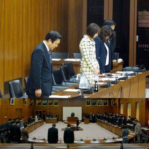 委員会の冒頭、熊本地震の犠牲者へ黙とうがささげられました。