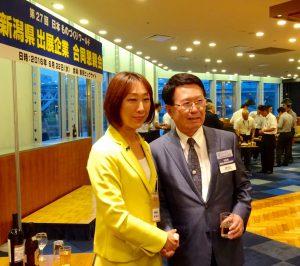 長岡市出身で主催者のリードエグジビションジャパン石積社長と恒例の記念写真。