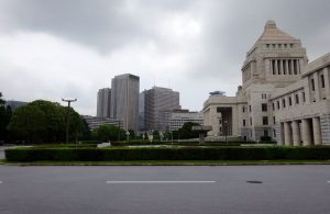 梅雨空の国会議事堂
