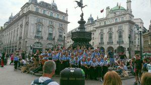 広場では学生のコーラス隊が美しいハーモニーを披露。