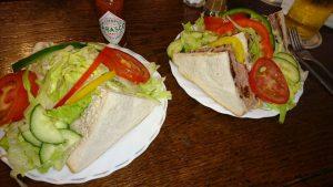 パブでランチ。サンドイッチはお手軽メニューですが、ボリュームたっぷり!