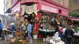 ノッティングヒルに並ぶ市場。地元のアーティストの作品や古美術品を求め、大勢の観光客でにぎわっています。