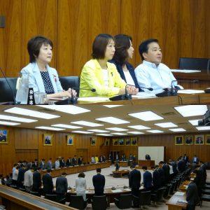 文部科学委員会。同委員であった(故)鳩山邦夫先生のご冥福をお祈りし、黙とうを捧げました。