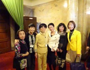 蓮舫代表と地元から国会見学に来られた皆さんと記念写真。