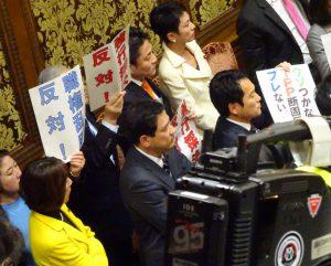 TPP特別委員会室で抗議。