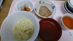 お昼ごはんは12時。珍しく麺が出ました。嬉しい。