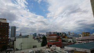 病室の窓から。雲の流れが速いな。