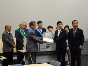 水俣病60年院内集会。被害者団体から署名の提出。