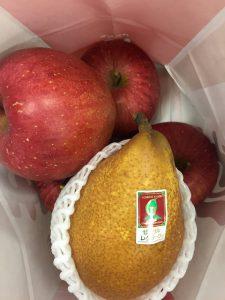 青森の議員からお見舞いに頂いた林檎。美味しそうデス!