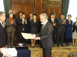 表彰状が衆議院大島議長より手渡されました