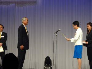 蓮舫代表から地方自治体議員表彰を受ける内山前県議。