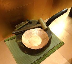 職人の道具はかっこいい。 これで槌起銅製品が作られていきます。