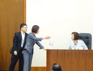 他の議員の質問中も気が抜けません。筆頭理事として永岡文部科学委員長と委員会運営について協議。