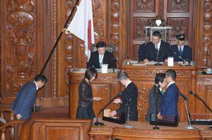 金田大臣不信任決議案に賛成票を投じる。