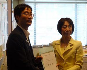 鈴木燕市長らから国道116号線改良整備促進に関する要望書を承りました。