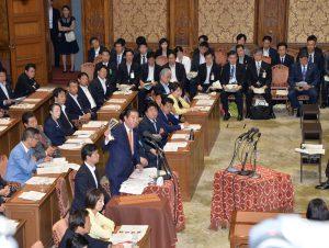 与党側から認められなかった資料を掲げる同僚の福島議員。