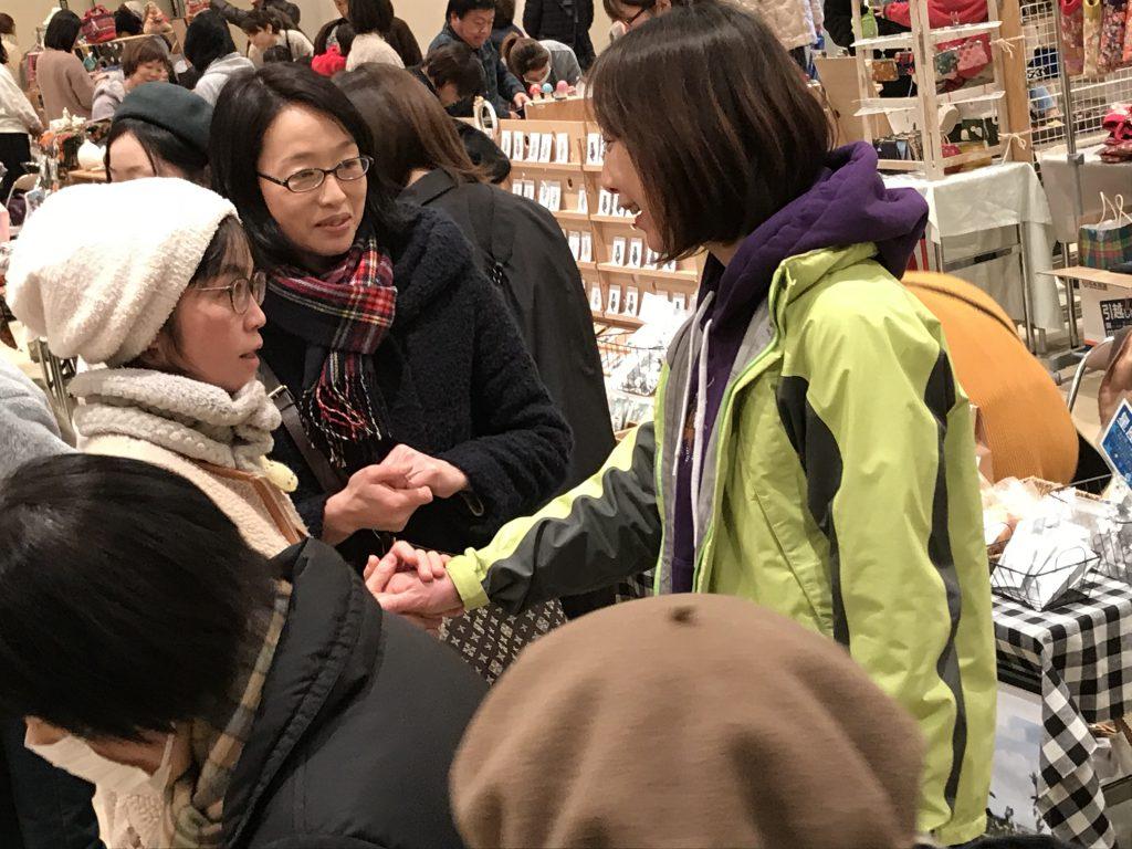 加茂市で開かれたクリエーターズマーケット「joy」。